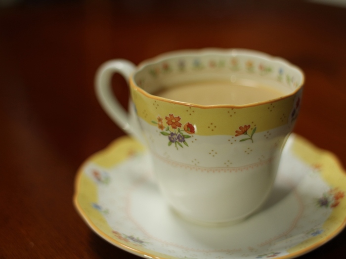 アッサムは自然な甘みと強いコクが特徴の紅茶。茶葉を潰してちぎり丸めるCTC製法で製造されるアッサムは、細かい茶葉によってエキスが抽出されやすいので、甘みとコクがしっかり引き出されるのです。その濃厚な風味はミルクを入れることでより引き立ち、ミルクティーにぴったりの品種です。