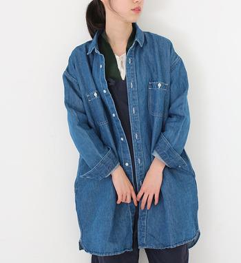 アウター代わりにもなるデニムシャツは、温度調節に便利なアイテム。たっぷり余裕のあるデザインなら、何枚も重ね着してもストレスなく、レイヤードスタイルを存分に楽しむことができておすすめです。