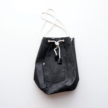 「WESTOVERALLS(ウエストオーバーオールズ)」から、ちょっとユニークなデニムバッグが登場。バックポケットをイメージしたデザインとボックス型のコロンとしたフォルムの組み合わせが絶妙。おしゃれをポップに楽しく演出してくれそうです。