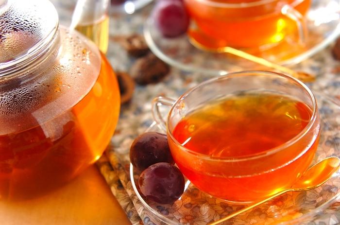 ブドウの果汁が入った紅茶は爽やかでフルーティーな味わい。少しずつ潰したブドウを使って、香りと甘さを紅茶にプラス♪