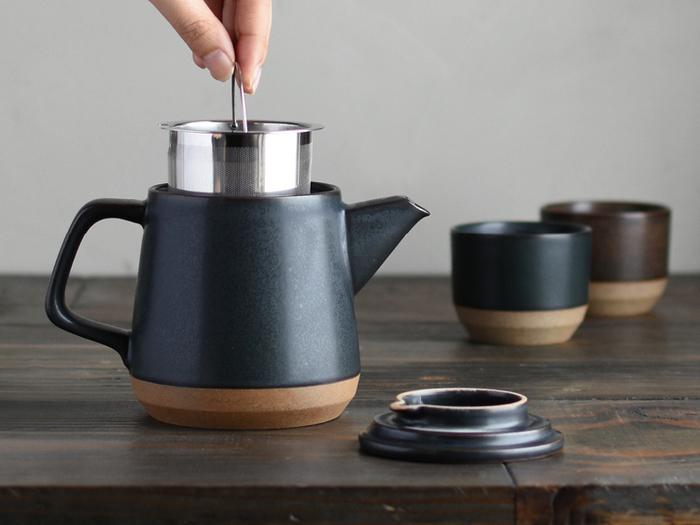 こちらの磁器製のティーポットは、黒いボディがクールで素敵。毎日紅茶を飲む人は、出しっぱなしでもおしゃれな雰囲気のポットがおすすめです。紅茶のほかに緑茶や中国茶を淹れる時にも◎