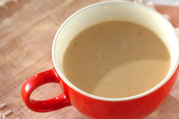 練り白ゴマを入れて、香ばしい香りを楽しめるミルクティーのレシピ。たっぷりの牛乳をつかったマイルドな口当たりに、ゴマの風味がアクセント。