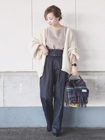 ベーシックなインナーはプチプラアイテムでさらりと取り入れて。時計やバッグなど、ピンポイントでエレガントなアイテムを持って来ることで、きちんと感のある大人の着こなしに。