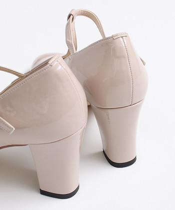 靴はヒールが高めのパンプスが基本ですが、カジュアル過ぎないデザインならローヒールやフラットシューズでも。