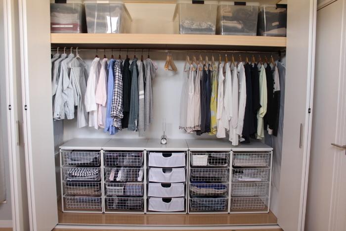 ハンガーと併用する場合も、洋服の丈に合わせた高さの引出し収納を置くことで見た目もスッキリ、無駄な空間を最小限にできますね。