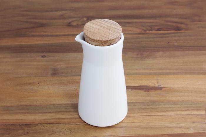 ミルクティーをおいしく淹れるためには、牛乳はピッチャーに入れて常温にしておくのがおすすめです。木のふたがかわいいイッタラのミルクピッチャーを使って、おいしいミルクティーを淹れてくださいね♪