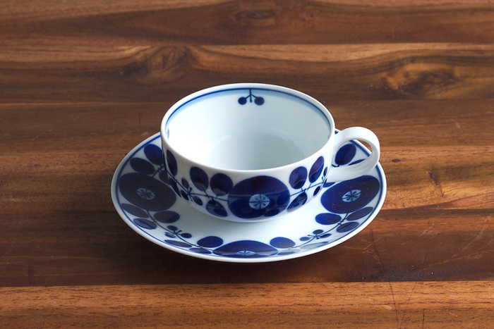 紅茶の香りを楽しみやすい、広口のティーカップ。波佐見焼である白山陶器のブルームシリーズは、和食器ながら紅茶にも合うデザインが魅力です。お祝いの贈り物にしたらきっと喜ばれる、おすすめのカップ&ソーサー。