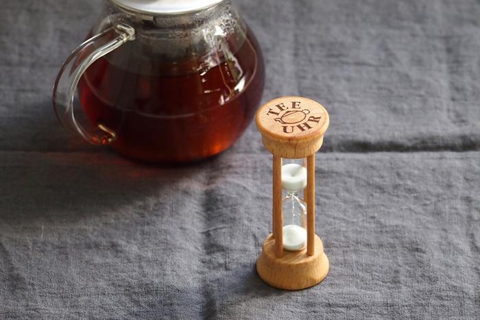 おいしい紅茶のためには、蒸らし時間をきっちり計っておくのが大切。こちらのドイツ製砂時計は紅茶専用の3分計になっています。デジタルタイマーではなく、アナログな砂時計を眺めながら蒸らし時間を待ってみるのも素敵な過ごし方ですよね。