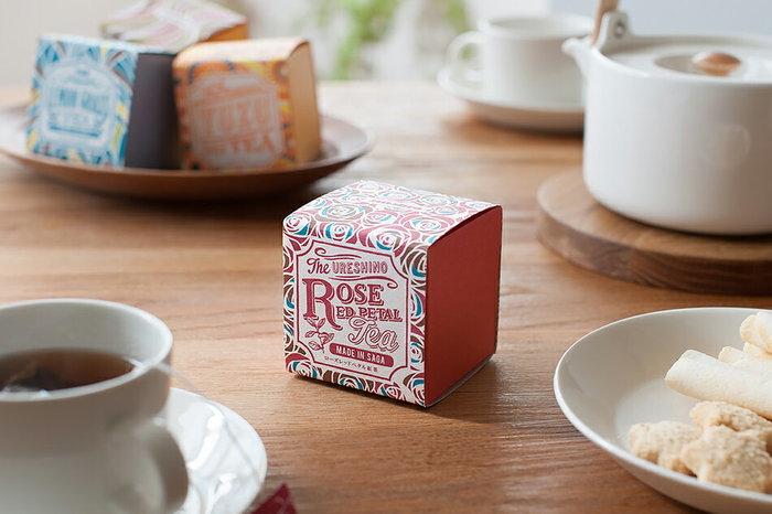 佐賀県嬉野市(うれしのし)の茶葉を使った日本製の紅茶。目を引くデザインのパッケージはギフトにも◎日本のお茶らしい渋味の少ないスッキリとした味わいが特徴。フレーバーは全部で5種類あるので、お気に入りがきっと見つかるはず!