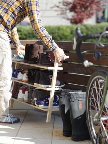 """ラックはとっても軽量なので、靴を収納したまま、こんな感じで""""よいしょ""""っと、外へ運んで天日干しすることも出来ます。 これなら靴も清潔に保つことができ、ラック下の玄関掃除もスムーズですね!"""