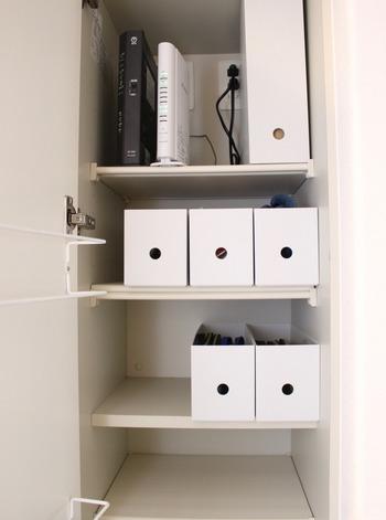 玄関の下駄箱には、靴だけに限らず、おうちの中の色々な物の収納場所としても使うことが出来ます。 こちらのブロガーさんは、無印良品の「1/2ファイルボックス」を使って、靴箱の整理をしているそうです。 一番上の大きなファイルボックスにはインターネットの部品的を収納.