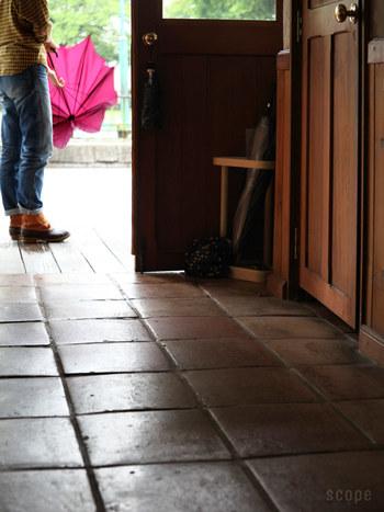 みなさんは、玄関にどんな傘立てを置いていますか? お客様が一番最初に足を踏み入れる場所だからこそ、お洒落で、自分にとってもお気に入りの傘立てを選んでみませんか! Artek(アルテック)の「アンブレラスタンド 115」は、積層合板を曲げ三角形に仕上げたフレームと3本の無垢材、取り外しできる真鍮トレイが一体となり、どこか品のある佇まい。