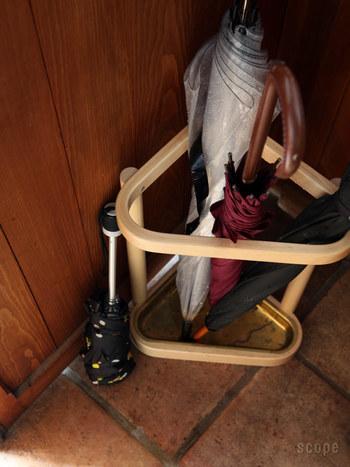 玄関の下駄箱に傘を引っかけて置くだけでは、玄関も水浸しに…。 きちんと受け皿のある傘立てを置いて置くだけで、見た目にもスッキリ!来客時にも、お客様の傘の置き場所に困りません。