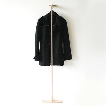よく使う鞄やコートは、お洒落に見せる収納を楽しんでみませんか♪ Eauの「コートハンガースティック」は、その名の通りまるでアイスホッケーのスティックをイメージさせるデザインです。