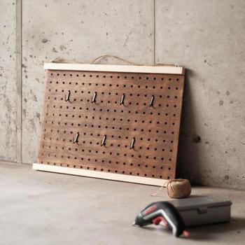 こちらは、有孔ボードを使ったDIY。 玄関やガレージに置けば、大活躍すること間違いなしのアイテムです。