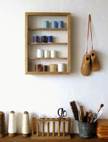 アンティーク風の塗装で仕上げるとこんな感じに!こちらではミシン糸の収納ケースとして使っていますが、玄関で鍵を収納するのに使ったり、お気に入りの小物を飾ってもとっても素敵ですね!