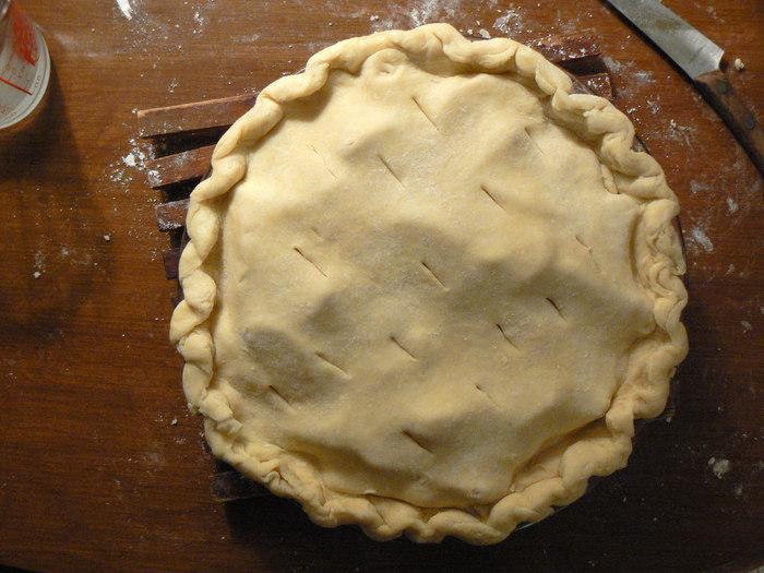 寝かせておいた生地を型に合わせて伸ばし、フォークで数か所穴をあけておきます。 りんごのキャラメリゼの入った型にのせ180℃で40分焼きます。 焼き色がうすい茶色になる程度です。焼き加減をみながら分数を調節してくださいね。   粗熱をとってから冷蔵庫で冷やしたら完成です!