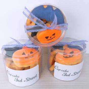 透明なボックスにお菓子を入れて、リボンで結び、シールのメッセージカードを貼る方法もありますよ♪手に入った材料で自由にアレンジしてみてくださいね。