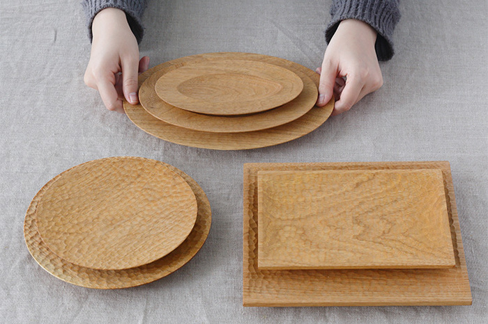 クルミで作られた木製のオーバル皿は、一点一点異なる木目の表情が素敵。3サイズ展開で、揃えてもいい。お手入れを気にせずに毎日どんどん使えて、木製品ならではの表情の変化を楽しめる。