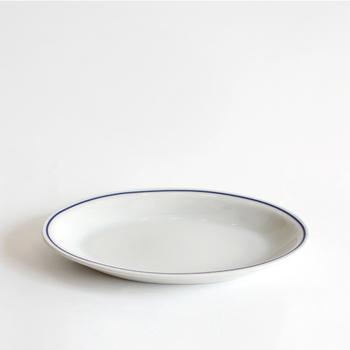 縁を囲んだブルーのラインが爽やかなオーバルのお皿。盛り付けたお料理を一層鮮やかに演出して、食欲をそそってくれます。