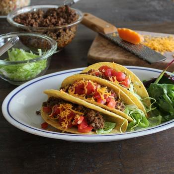 オーバルの形を生かして,タコスとサラダのワンプレート料理を。休日のお昼ご飯が華やかになりそうです。