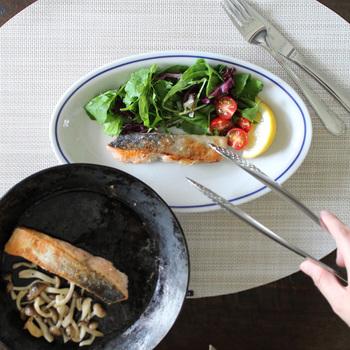 横の長さを利用して、お魚料理を盛り付けるのにも大活躍。付け合わせも一緒に盛り付けよう。