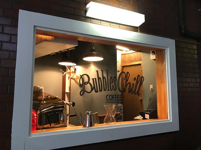 とても小さなコーヒースタンドですが、ハンドドリップで丁寧に淹れられるコーヒーのお味は格別で、後から後からお客様がやってきます。朝8時からやっているので、出勤前にコーヒーをテイクアウトしていくというのも素敵ですね。