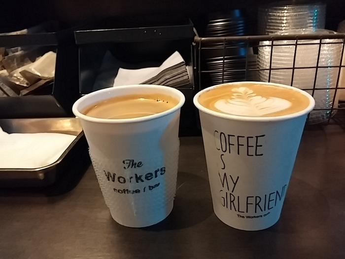 朝から夜遅くまで営業しているので、覚えておくと重宝するお店です。酸味や苦みのバランスもよく、わざわざ立ち寄りたくなる美味しいコーヒーを提供しています。ペーパーカップもスリーブも洗練されていますね。