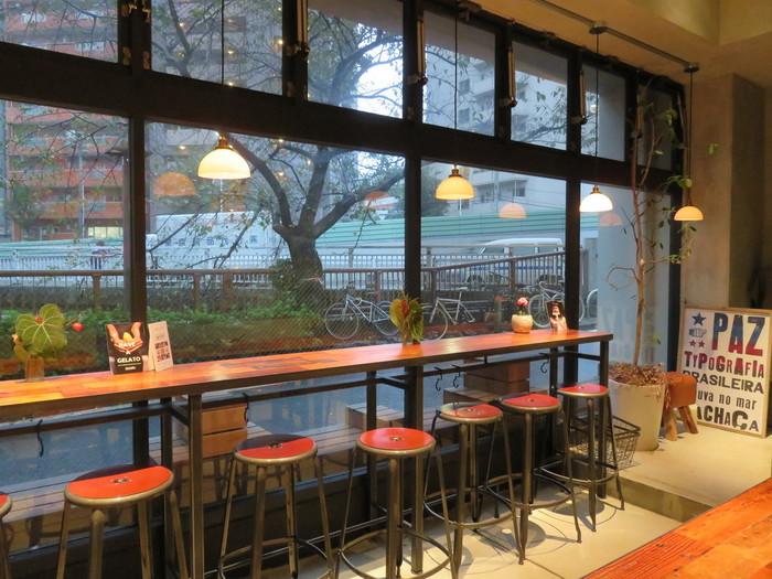 目黒川沿いのガラス張りのコーヒースタンドは眺めがよくて、ついつい長居したくなってしまいます。店内の調度もお洒落で、入った瞬間、リラックスタイムを有意義に過ごせる予感のするお店です。
