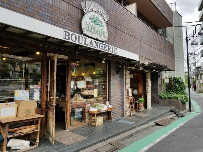 食べログのパン100銘店にも選ばれているこちらのお店。天然酵母のハード系のパンに定評があるお店で、今時珍しい量り売りのスタイルを取っています。