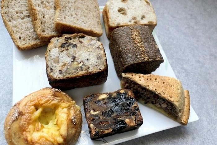 小麦粉の風味が強く出るパンたちは、リベイクしても香り高く美味しくいただけるので、おうちでじっくりと少しずつ大切に食べたくなってしまいますよ。量り売りでいただけるメリットを生かして、少量ずつ、いろいろな種類を試してみるのもいいですね。