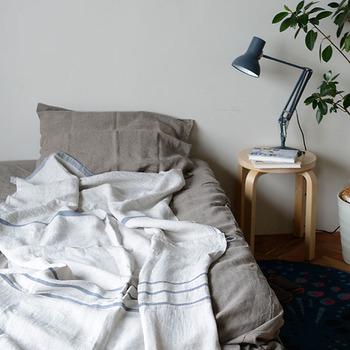 使い始めは堅く感じても、使い続けるうち、お洗濯を繰り返していくうちにやわらかく、肌なじみが良くなっていくのがリネンの魅力のひとつ。  寝汗をたくさんかいても、通気性がよく汚れにくいリネンなら気持ちよく眠れます。