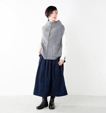 コートはまだ少し早いけど肌寒い…そんな時楽しみたいのが、ベストを使ったコーディネート。丈が長めのニットベストなら暖かさも抜群です。コートの下に着ることもできるので、秋冬通して楽しめるアイテムです。