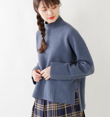 幅広のリブの立ち上がりが特徴のタートルニット。余裕のある首回りは、タートルが苦手な方にもオススメの1枚です。前後に長さが異なる裾丈は、そのまま着るだけでも雰囲気がありますよ。