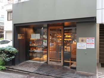 こちらも食べログのパン100銘店に選ばれている人気のパン屋さん。広くはありませんが可愛らしいパンが美しく並べられ、どれにしようかと心が躍ってしまいます。基本的には年中無休のお店で、それが店名にもなっているのだそう。
