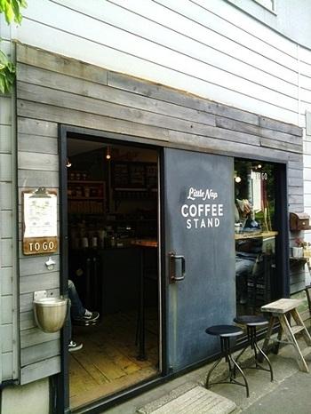 代々木八幡駅から徒歩5分ほどの距離にあるこちらのコーヒースタンド。ほどよいこなれ感のある雰囲気で、インスタグラムでもたびたび取り上げられる人気のお店です。店内でもいただけますが、とても小さなお店なので、テイクアウトのお客様が中心です。