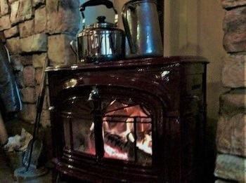冬は薪ストーブ特有のやわらかな温かさに包まれます。