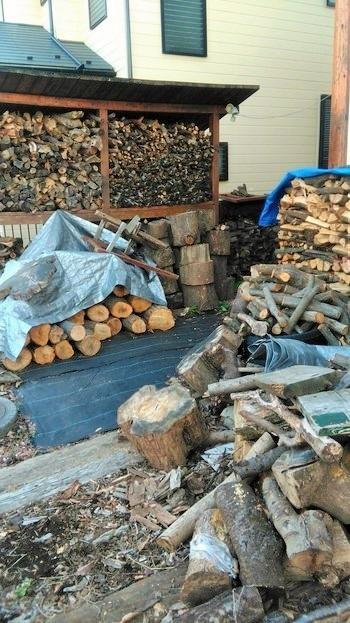 薪の保管スペースはゆったり。1日じゅう燃やすには数10キロの薪が必要なのです。