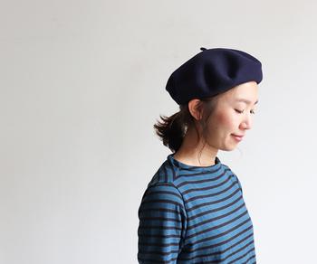 シンプルなウールのベレー帽。ボーダートップスに合わせてこなれた感じに合わせてみたいですね。冬のウールコートに合わせても素敵なので、今から好みの1つを探してみませんか?