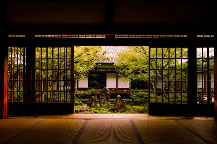 寺社仏閣やレトロ建築、伝統工芸などに親しむ「○○さんぽ」はいかがでしょう。いつもは立ち寄ることのない近くの神社を回るのもいですし、ガイドブック片手に遠出をするのもいいですね。パワースポットの凛とした空気感や、レトロな建物のじわりと味わいのある雰囲気は、慌ただしい日常から少し距離をおくのにぴったりの場所です。