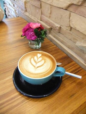 こちらのお店はコーヒーが美味しいだけではなく、丁寧な接客にも定評があるお店です。オーナーはコーヒーを知り尽くし、お客様が心地よく過ごせるよう、細かな心配りをしてくださる方。一度行くと、また行きたいなと思わせてくれる素敵なお店です。