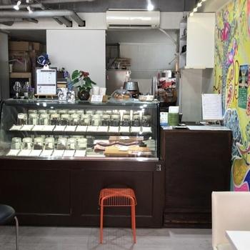 2018年に改装し、大型の真っ赤な焙煎機が導入されたこちらのお店。コーヒー豆の種類も多く、今日のコーヒーも三種類からチョイスできるようになっています。メニューには丁寧な説明がついていて、どれも美味しそうに思えてたくさん頼んでみたくなってしまいます。