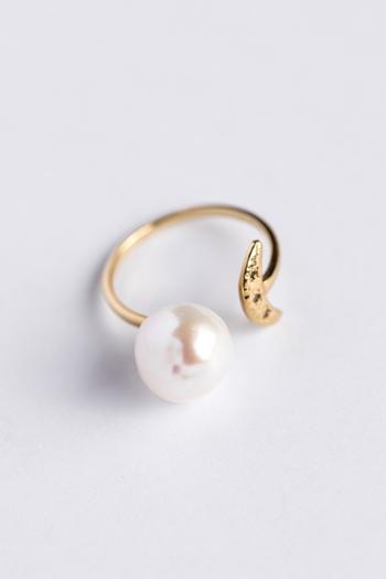 こちらは、大粒の淡水パールが魅せるリング。槌目でテクスチャをつけている「月」がアクセントに。小さなブラウンダイヤが施されていて、清楚感のあるパールとの対比が楽しいデザイン。