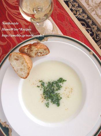 蕪と玉ねぎの甘さがほっとする、シンプルなスープ。出汁やコンソメを使わずに塩麹で味つけをします。塩麹は和食だけでなく、洋食にも合いますね。