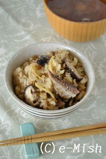 醤油麹で色づいたお米の一粒一粒も美味しそうな炊き込みごはん。醤油麹を混ぜたお米に下処理したさんまと生姜を乗せて通常通り炊くだけ。旬の美味しさをじっくりと味わいましょう。