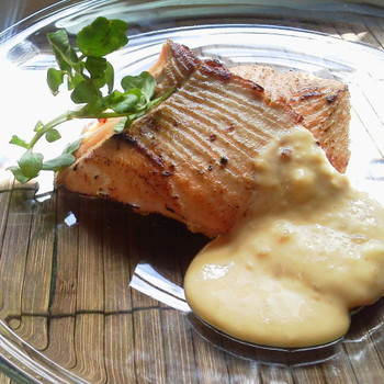 一見普通の秋鮭のソテーですが、醤油麹を使うとこんがりしっとり仕上がります。豆乳チーズソースにも醤油麹を加えているのがポイントです。