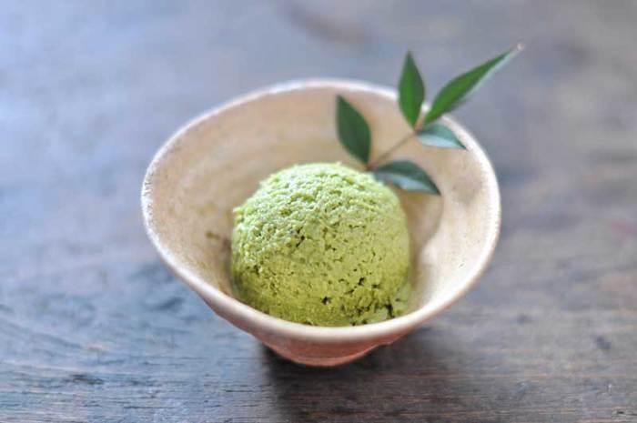 冒頭で紹介した牛乳と卵黄、生クリーム、砂糖で作れる「手作りアイスクリームの簡単レシピ」に、抹茶を加えるだけの簡単レシピ。風味豊かで見た目もさわやかな抹茶アイスが少ない材料と手間で作れるので、「手作りアイスクリームの簡単レシピ」とともに覚えておくと重宝しそう。