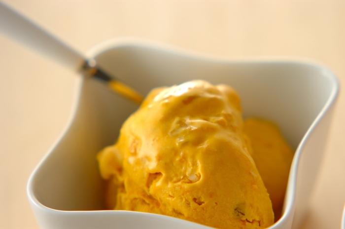 野菜や果物入りのアイスクリームもヘルシーで美味しく見た目もカラフルで素敵。こちらはカボチャ、砂糖、卵黄、生クリーム、スライスアーモンドで作るカボチャアイスクリーム。カボチャの自然な甘さがほどよく、つい食べ過ぎてしまいそう。