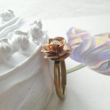 歴史に裏打ちされた世界的ブランドならでは。あえて味わい豊かなヴィンテージもチェックしてみて。 こちらは、MIRIAM HASKELLの美しいバラのブラス製パーツで作られたリング。花びらのテクスチャーも相まって、クラシカルな雰囲気が漂う一点です。