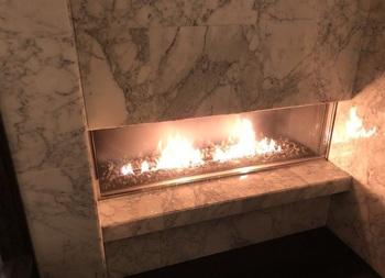 ガラス張りの暖炉から炎が楽しめます。 クリスマスシーズンや冬の週末は予約必至☆